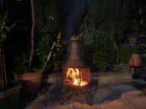 Abend um das Garten chiminea lizenzfreie stockfotografie
