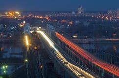 Abend-Verkehr in der Brücke Stockfotos