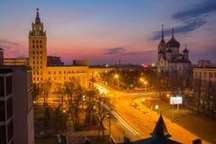 Abend Voronezh Turm des Managements der Südosteisenbahn im Stil Stalin-` s Reiches und der Ankündigungs-Kathedrale Stockfoto