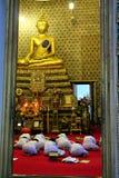 Abend-Zeremonie an einem buddhistischen heiligen Tag Lizenzfreie Stockbilder