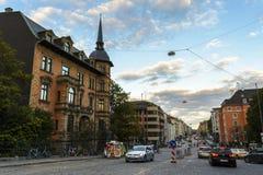 Abendansicht über eine Straße in München, Bayern, Deutschland Lizenzfreie Stockfotografie