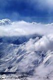 Abendansicht über Skiort im Nebel Stockfotografie