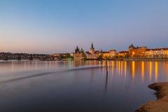 Abendansicht der belichteten alten Stadt und der Charles-Brücke Prag, Tschechische Republik Lizenzfreies Stockfoto