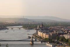 Abendansicht der Parlaments- und Plagestadt Herrliches Frühlingsstadtbild von Budapest Lizenzfreie Stockfotos