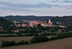 Abendansicht der Stadt Tisnov lizenzfreie stockfotografie