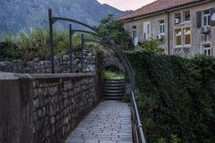 Abendansicht des Dorfs, Leiter, der Steinwand twined einer Stange und einem Zaun Vor dem hintergrund des Hochgebirges stockbild