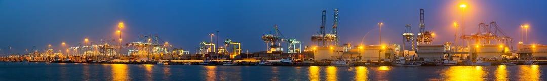 Abendansicht des Hafens mit Kränen und Behältern Lizenzfreies Stockfoto