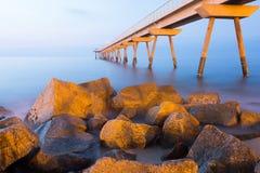 Abendansicht des Piers in Meer Stockfotografie