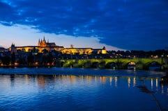 Abendansicht des Prag-Schlosses und der Charles-Brücke Lizenzfreie Stockfotos