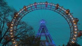 Abendansicht des Riesen Ferris Wheel in Wien, Österreich stock footage