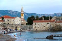 Abendansicht des Strandes an der alten Stadt von Budva, Montenegro Lizenzfreie Stockbilder