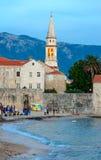Abendansicht des Strandes nahe alter Stadt, Budva, Montenegro Stockfotos