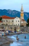Abendansicht des Strandes nahe alter Stadt von Budva, Montenegro Lizenzfreie Stockfotos