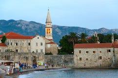 Abendansicht des Strandes und der alten Stadt von Budva, Montenegro Stockfotos