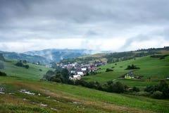 Abendansicht am Dorf Pribis, Bezirk Dolny Kubin, Slowakei, der Sommer 2016 Stockbild