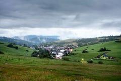 Abendansicht am Dorf Pribis, Bezirk Dolny Kubin, Slowakei, Sommer 2016 Lizenzfreie Stockfotos