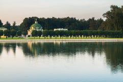 Abendansicht durch den Palastteich auf dem Parkpavillon ` Grotte ` im Museumzustand Kuskovo, Moskau stockbild