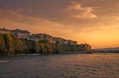 Abendansicht einer Kleinstadt auf Felsenklippe bei Sonnenuntergang Lizenzfreies Stockfoto