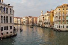 Abendansicht Venedigs, Italien von Grand Canal mit Gondeln Lizenzfreie Stockbilder