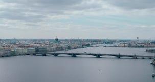 Abendansicht vom Neva-Fluss zu ` s St. Isaac Kathedrale, Russland, St Petersburg stock footage