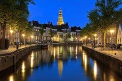 Abendansicht von AA-Fluss mit Turm der Ein-Kirche in Groningen Lizenzfreie Stockfotografie