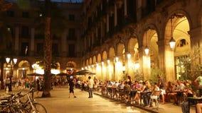 Abendansicht von Placa Reial in Barcelona stock video