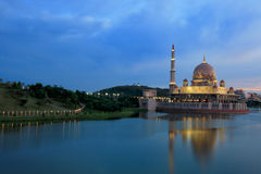 Abendansicht von Putrajaya See, Malaysia Lizenzfreie Stockfotos
