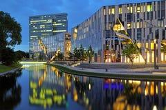 Abendansicht zum Knock out--Bogengebäudekomplex in Dusseldorf Stockfotografie