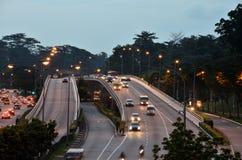 Abendautoverkehr mit Scheinwerfern auf Überführung stockfotografie