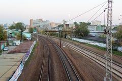 Abendbahnumlenkung in der Stadt Stockfotos