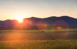 Abendberglandschaft mit Blendenfleck Stockfotos
