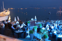 Abendcafé auf der Küste DJ spielt Ihre Mischungen Stockbild