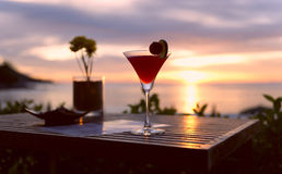 Abendcocktail auf warmem Strand stockbild