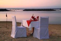 Abendessen auf dem Strand Stockbilder