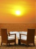 Abendessen auf dem Strand stockfotos