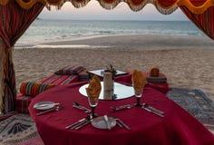Abendessen auf dem Strand Dubai, UAE stockfotos