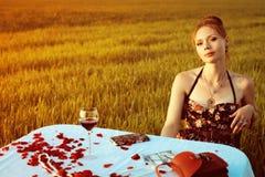 Abendessen der einsamen romantischen Frau Lizenzfreie Stockbilder