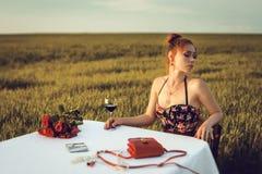 Abendessen der einsamen romantischen Frau Lizenzfreie Stockfotografie