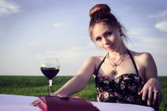 Abendessen der einsamen romantischen Frau Stockbild