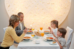 Abendessen in der Gaststätte lizenzfreies stockbild
