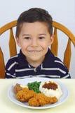 Abendessen des Jungen und des gebratenen Huhns 5 Jahre alt Lizenzfreie Stockfotos