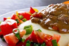 Abendessen des Rindergulasches mit Salat Stockfoto