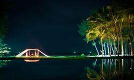 Abendessen durch den Strand und das Pool lizenzfreies stockbild