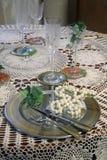 Abendessen-Einstellung und Perlen-Halskette stockbild
