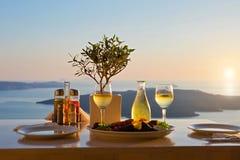 Abendessen für zwei auf einem Sonnenunterganghintergrund Stockbild