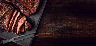 Abendessen für zwei mit Steaks und Rotwein lizenzfreie stockfotografie