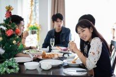 Abendessen mit asiatischer Gruppe besten Freunden, welche die Glättung genießen, trinkt stockbild