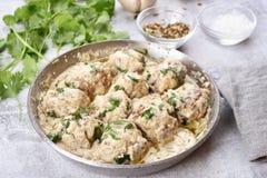 Abendessen mit Fleischklöschen in der weißen Soße Lizenzfreie Stockfotos