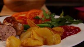 Abendessen mit gegrillten Würsten stock video