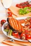 Abendessen mit Lachssteak lizenzfreie stockbilder